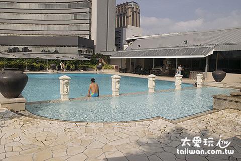 PARKROYAL on Beach Road的泳池在4樓頂