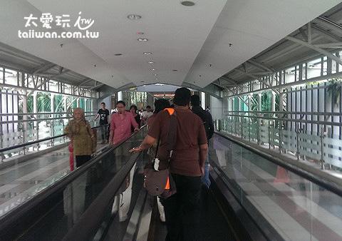 馬來西亞海關跟新山的火車站JB Sentral有天橋相連