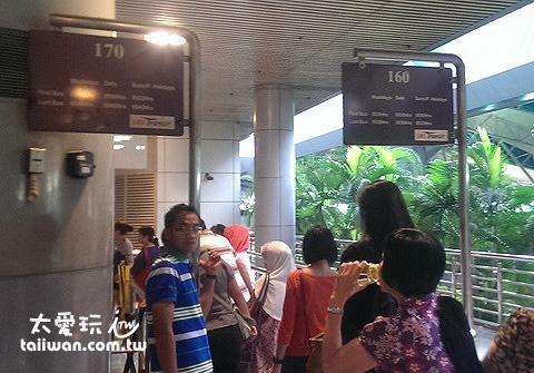 找到原搭乘的巴士出示車票或刷Ez-Link卡上車