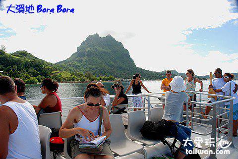 搭乘交通船往返主島的Vaitape Quay與機場