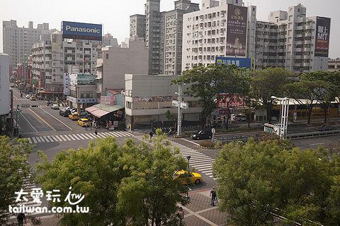 高鐵左營站外對面有許多租車公司