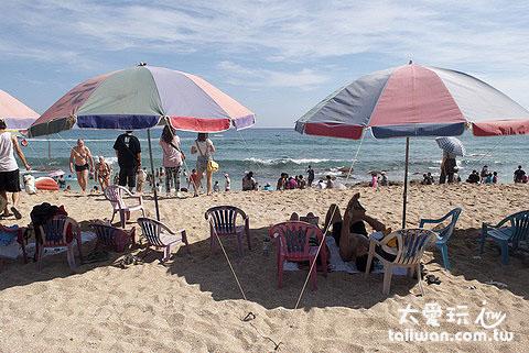 白沙海灘租陽傘附4~5張椅子