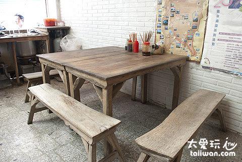十碗麵的古早桌椅