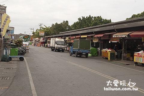 觀光市場有非常多攤商賣各種小吃、名產