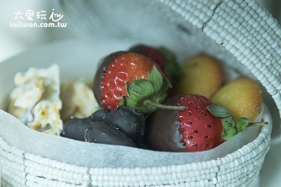 珠寶盒內有裹上巧克力的新鮮草莓、手工巧克力及我叫不出名字的甜點