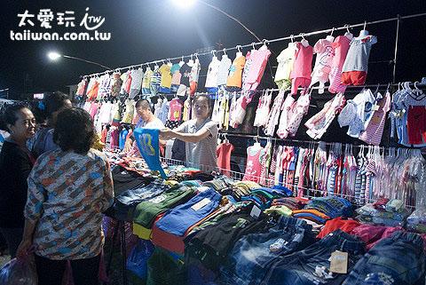 賣便宜服飾攤位