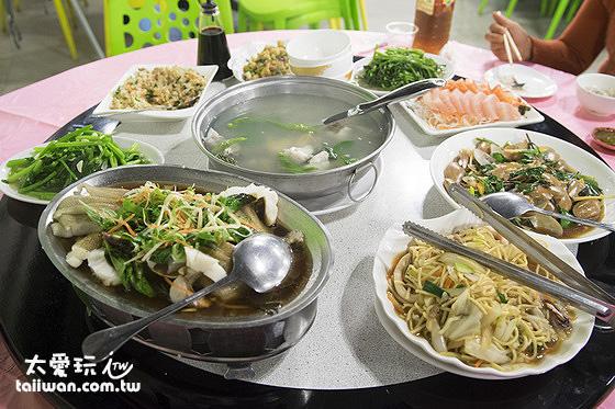 一整桌滿滿的菜