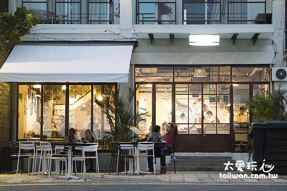 迷路小章魚餐酒館位於南灣,與海灘隔一條馬路