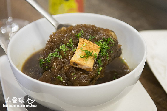 洋蔥湯裡面有一根牛肋排還真的是有個大大根的牛肋排