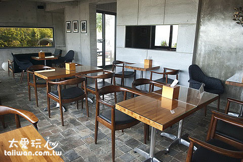 光現旅宿餐廳簡潔的桌椅