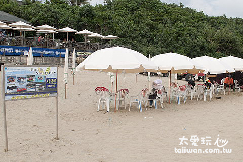 墾丁小灣沙灘有當地業者經營的水上活動