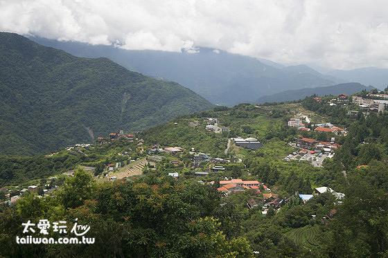 清境天空步道遠眺中央山脈、濁水溪河谷、各個歐風建築民宿
