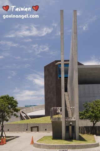 十三行博物館曾獲得 2002 年臺灣建築獎首獎及 2003 年遠東建築獎的首獎