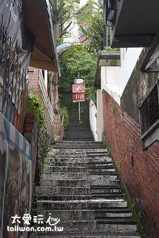 往上爬三、四層樓的階梯就到了