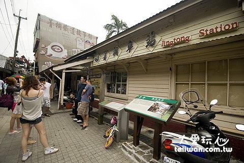 木造的菁桐車站有著日式懷舊風味