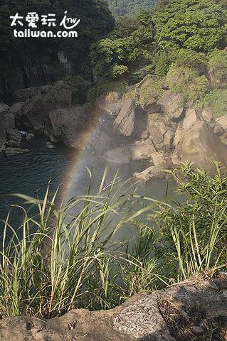 從瀑布上方可以看到一道彩虹橋