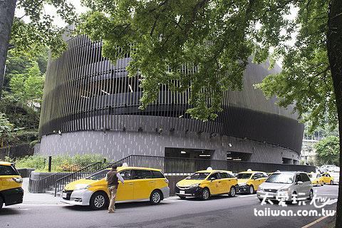 烏來老街有很大的立體收費停車場