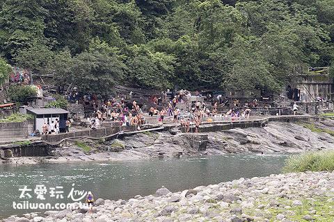 烏來南勢溪旁的公共露天溫泉