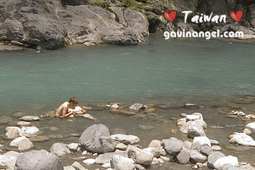 河岸邊的露天溫泉