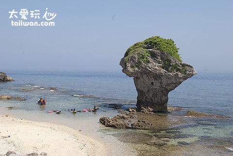 花瓶岩周遭的海水非常清澈