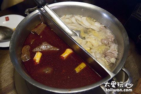 鴛鴦鍋為麻辣鍋與酸菜白肉鍋