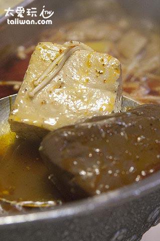 麻辣鍋鴨血與凍豆腐都是無限續加