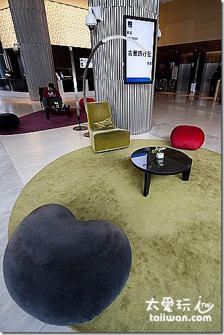 大廳布置採用許多北歐家具