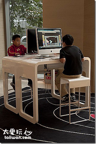 兩台蘋果電腦給顧客使用