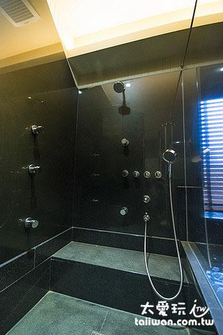 淋浴間有著多噴頭的按摩設備