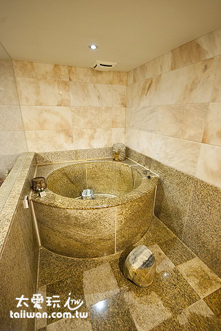 皇家季節酒店採用羅馬式圓形大理石浴缸