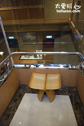 透明電梯與小椅子