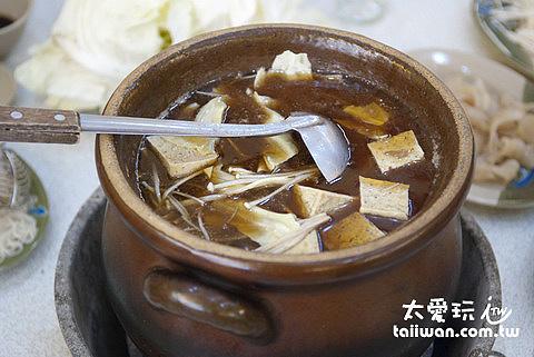 霸味薑母鴨使用碳火陶鍋