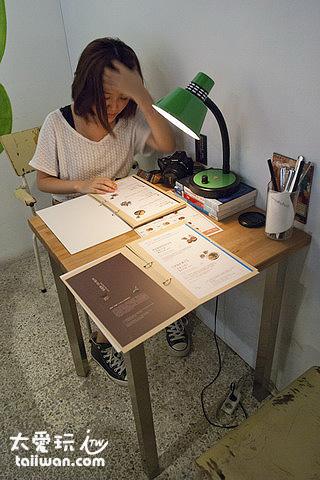 簡單風格的桌椅(你以為她在念書?)