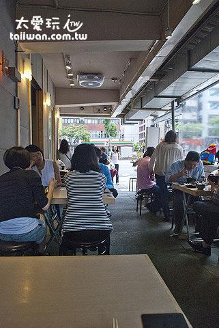 躼腳日式料理戶外區座位