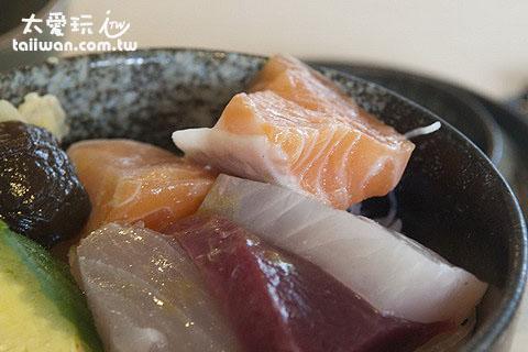 生魚片丼的生魚片超厚,女生一口吃不完