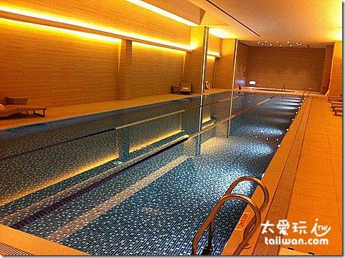 台北寒舍艾美酒店高雅的室內泳池