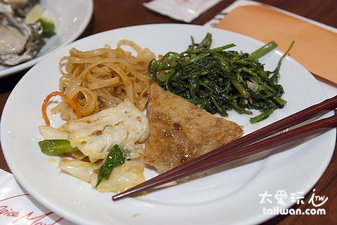 月亮蝦餅、蝦醬空心菜與炒麵