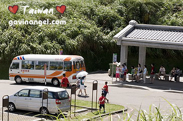 擎天崗有公車站,搭公車也很方便