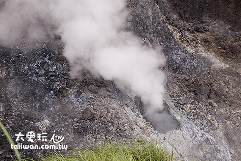 小油坑噴氣孔不斷冒出白煙