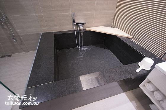 泡澡浴缸大到三個成人在裡面躺平都沒問題