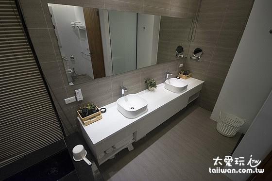 浴室內的雙人洗臉台