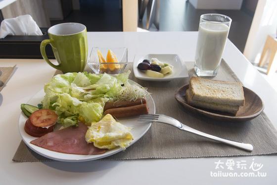 早餐有生菜沙拉、蛋、煎香腸火腿、水果、豆漿、茶、吐司麵包