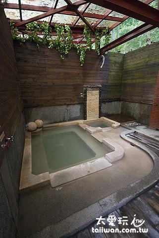 鳩之澤溫泉野湯區大池湯屋有冷熱兩池