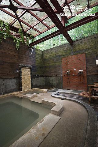 鳩之澤溫泉野湯區大池湯屋為半露天通風良好