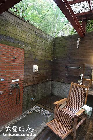 鳩之澤溫泉野湯區大池湯屋空間很大