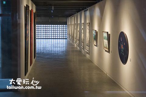 藝廊裡展示著藝術品