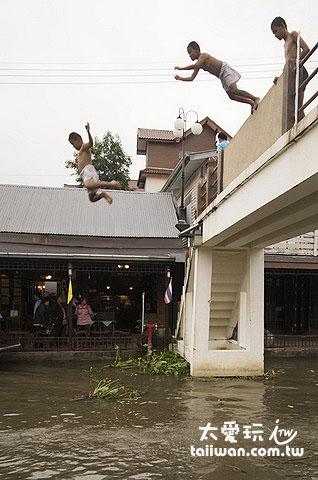 當地的孩子直接跳進水裡玩