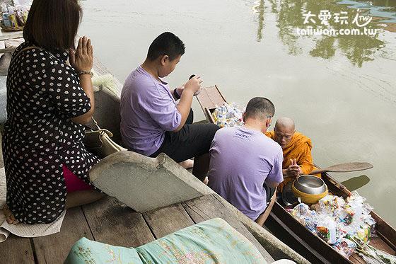 清晨的僧侶托缽化緣也是住宿安帕瓦才有機會遇到