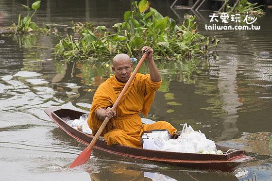 清晨6點左右就會有僧侶划著小船在河道上接受大眾的佈施