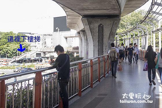 沿著天橋走到勝利紀念碑圓環,繼續走天橋繞圓環走到底,下左前方樓梯